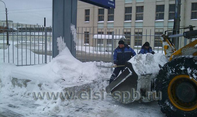 Уборка снега вручную, где не получается использовать технику.