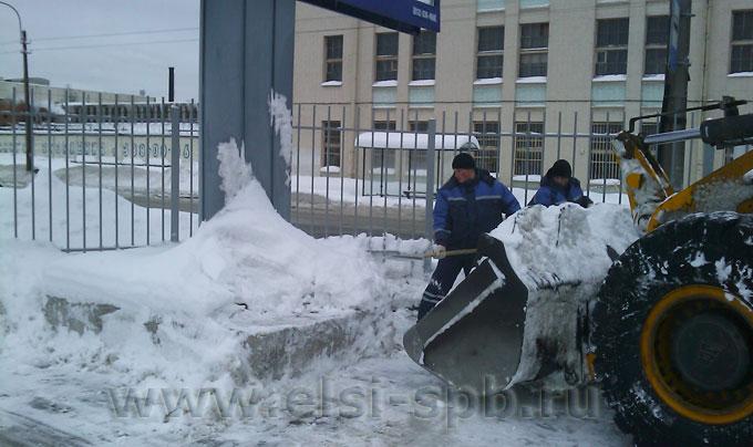 Пример уборки снега в одном из автосалонов Петербурга